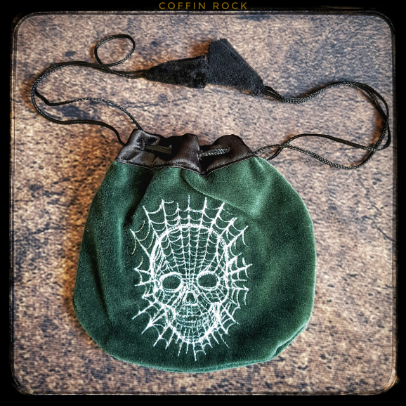 Embroidered purse : skull